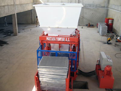 Сoncrete block making machine with enlarged bunker